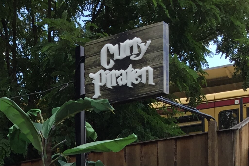 Altay Werbung_LED-Ausleger_Profil 01 Haube_20mm Acrylglas durchgesteckt_Curry Piraten