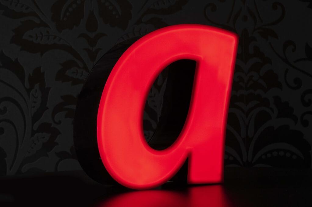Altay Werbung_LED-Leuchtbuchstaben_Profil 05S_70mm_rot_beleuchtet
